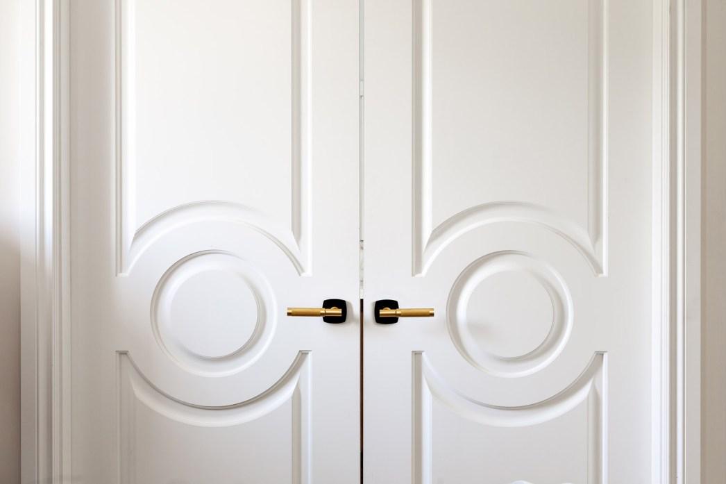 таунхаус в канаде белые распашные двери ручки