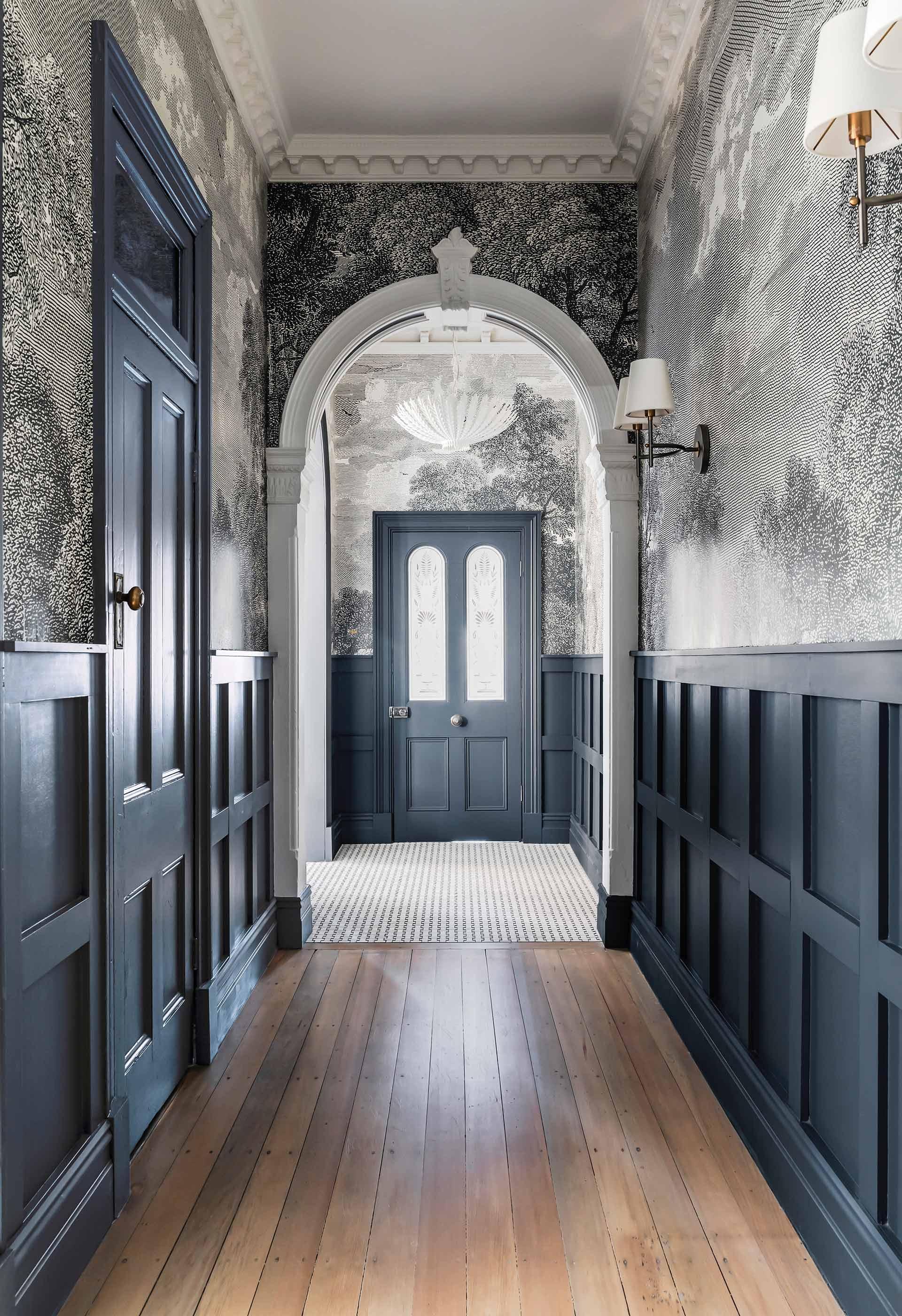 Дом в Австралии коридор входная дверь стеновые панели обои