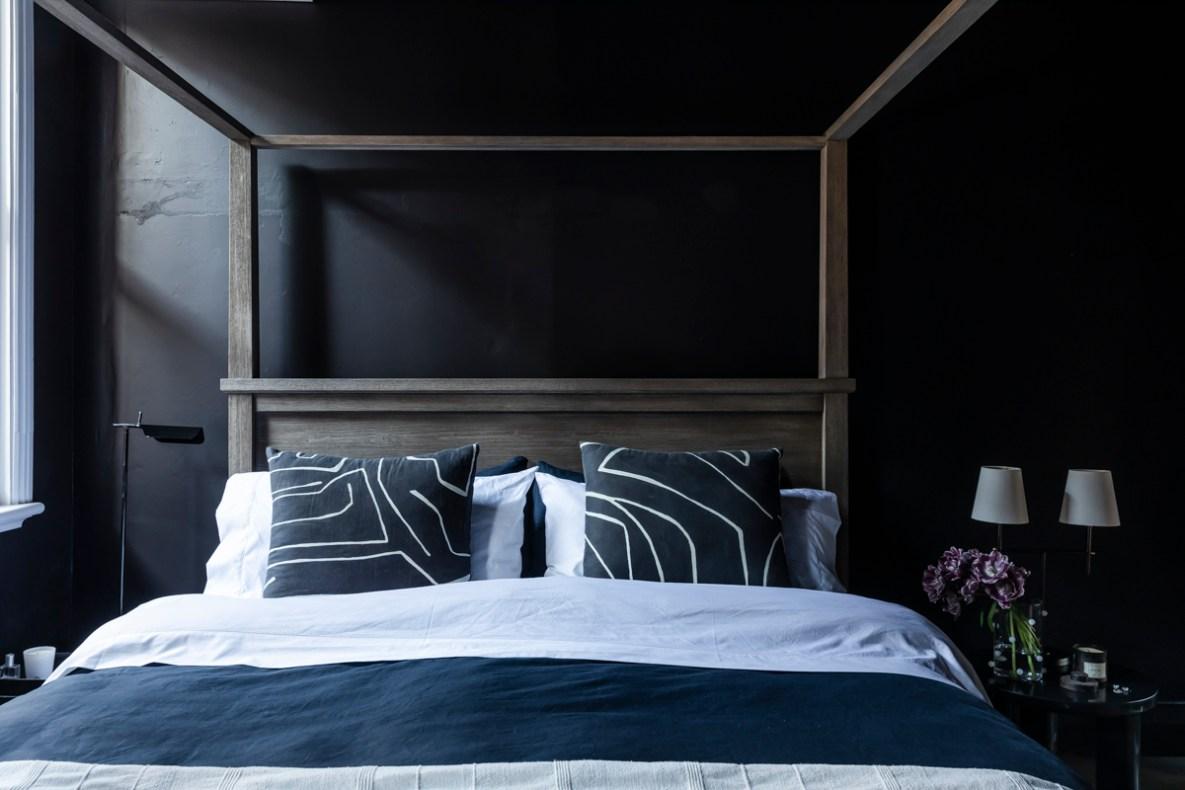 Дом в Австралии кровать изголовье спальня черные стены