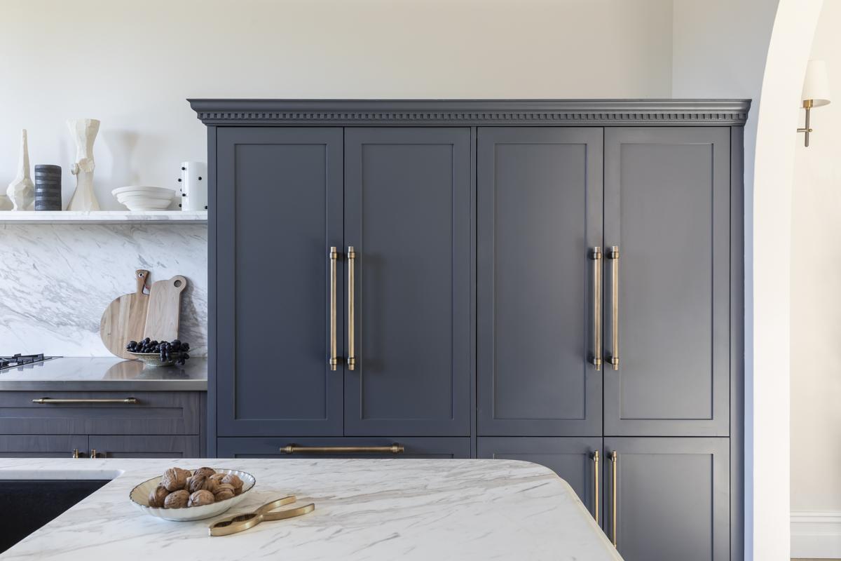 Дом в Австралии синий кухонный шкаф