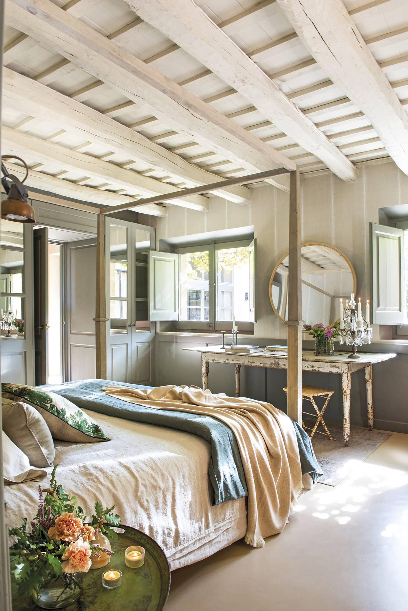 Дом в Испании спальня столик