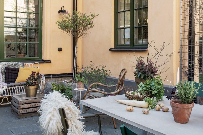 townhouse backyard table