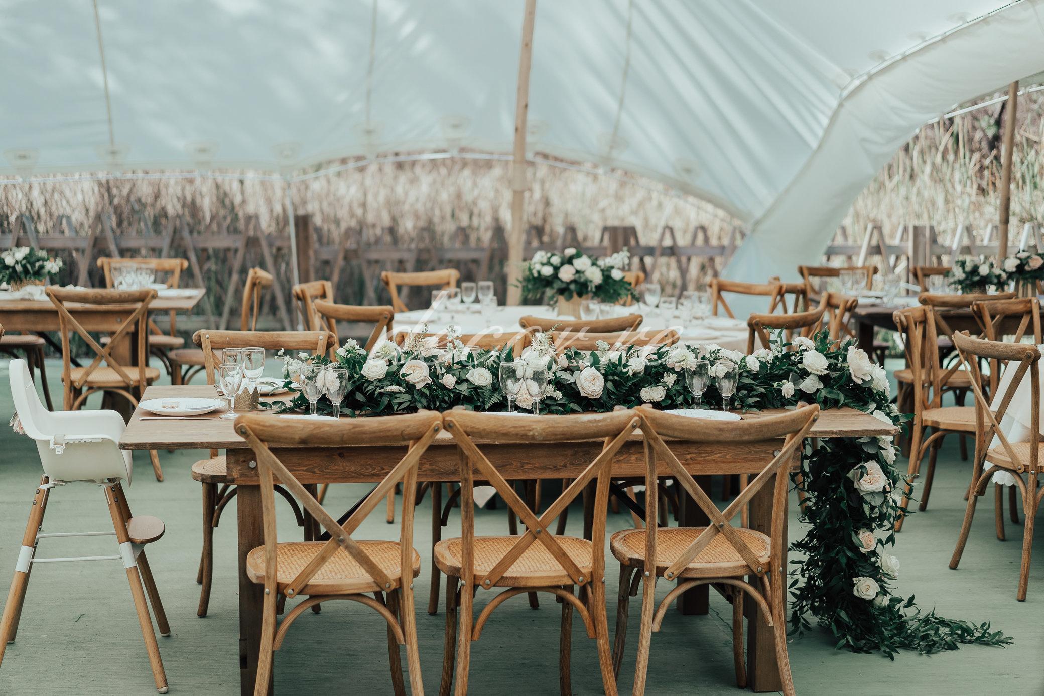 Nos tables bois et nos chaises crossback au Jardin d'Eden