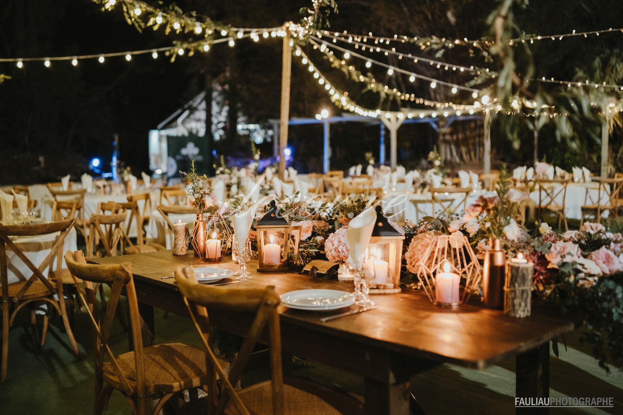 Nos table bois et nos chaises crossback illuminées par nos guinguettes et nos guirlandes lumineuses au Jardin d'Eden