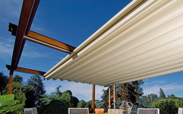 Sunscreen roof of rollable wooden pergola electronically