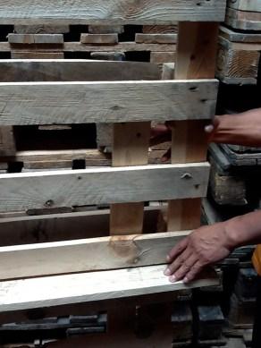Detalle de la repisa vertical. La componen dos pales unidos y algunas Lamas para sustentar los libros de interiorismo