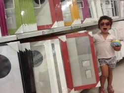 Buscando larcos y espejos en rojo. Mi hija era de gran ayuda