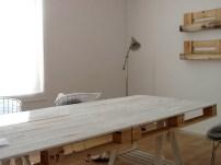 Ha quedado preciosa, una mesa de reuniones con sobre hecho de palés pintado en blanco y con patas caballete de ikea