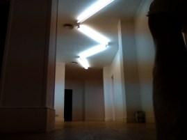 El resultado de girar los nones del techo es genial. Añade valor al interiorismo y decora muy bien la zona