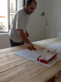 Sergio se pintó la mesa. Mejor, si lo llego a hacer yo, hubiera quedado como un chuflo