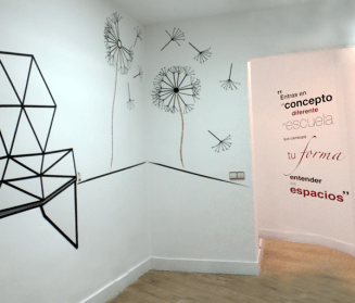 Hall con decoración mural hecha con wasitape
