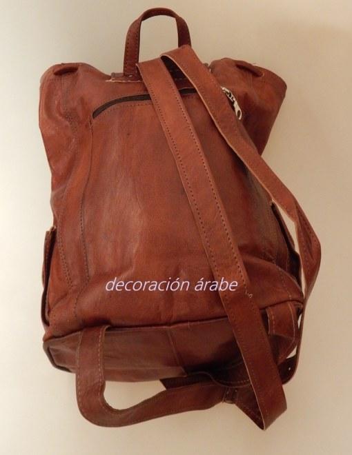 mochila marrón detras