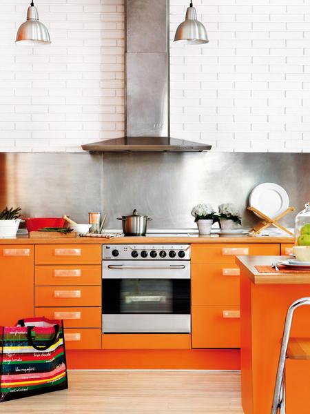Moderna Cocina Color Naranja Abierta y Luminosa