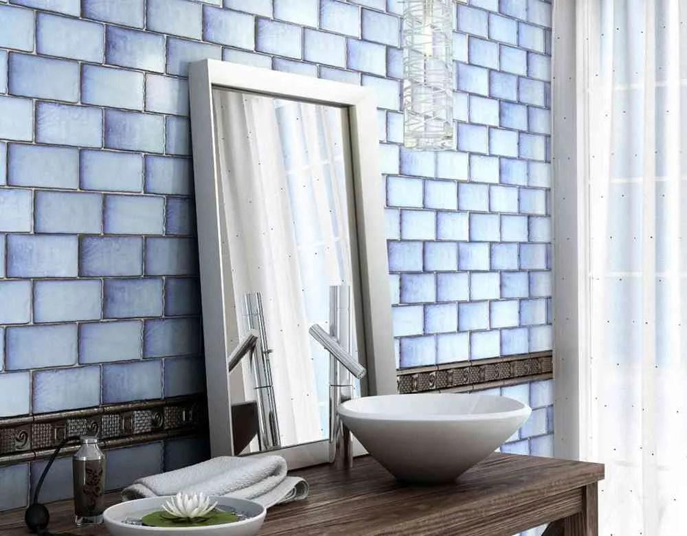 Revestir suelos y paredes con azulejos en azul y blanco