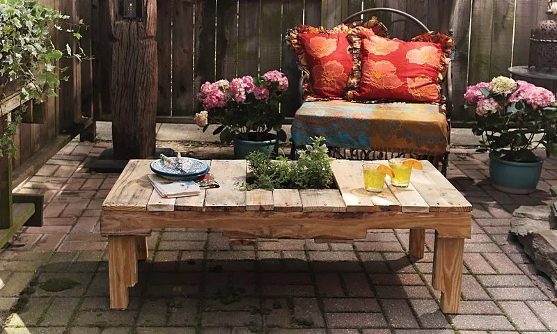 Construye t mismo una mesa de exterior con un palet
