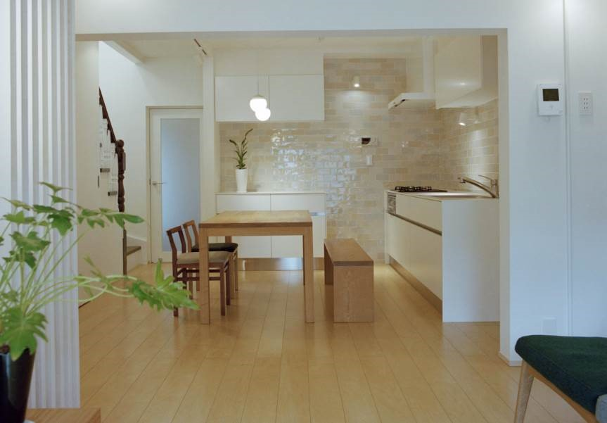 Decorar cocinas luminosas con azulejos blancos vidriados