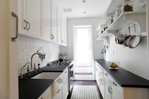 cocina galera en blanco y negro