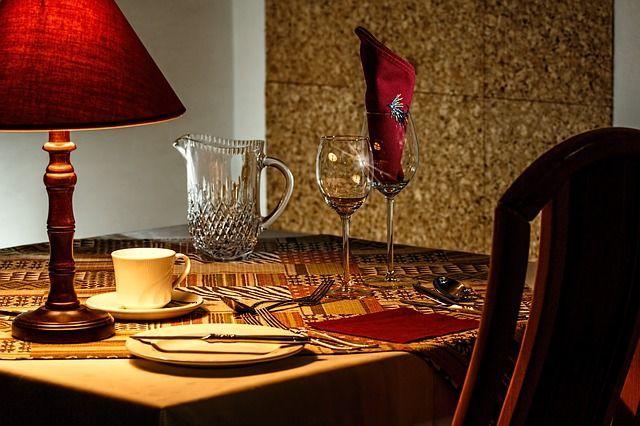 dinner-table-444434_640