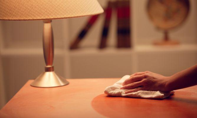 limpiar-el-polvo-de-una-mesa-de-madera-668x400x80xX