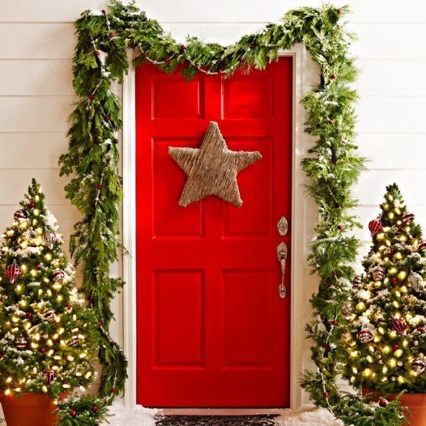 Decorar la puerta de la casa en Navidad