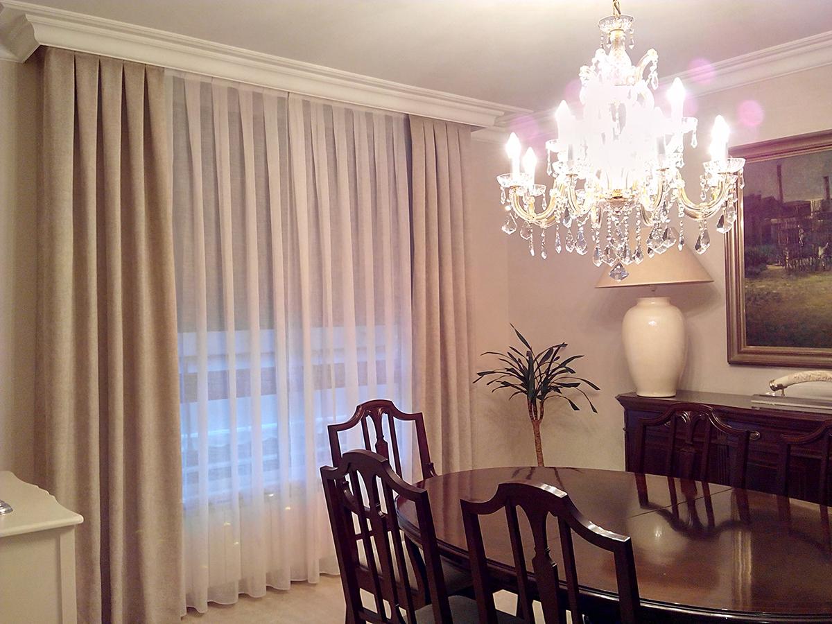 Saln con visillos y dobles cortinas  Villalba Interiorismo
