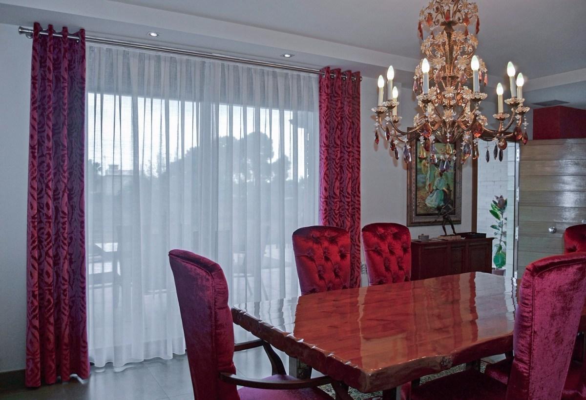 Dobles cortinas en rojo para un saln comedor elegante