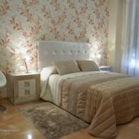 Un dormitorio con detalles elegantes