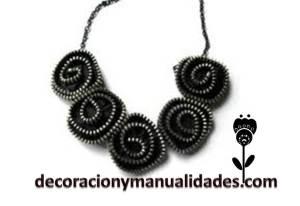 collar elegante con flores negras