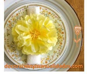 decora la mesa con flores de papel