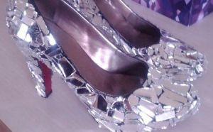 Zapatos decorados con trozos de vidrio
