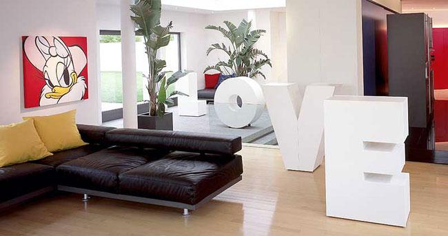 Muebles con forma de letras.