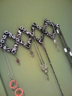 Tres ideas para guardar y decorar con collares y pendientes - Colgador de collares ...