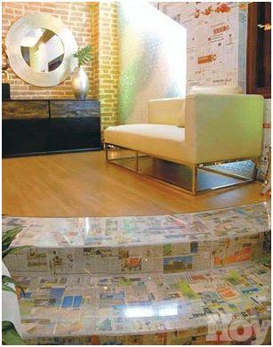 reciclar periodicos decorando una pared con ellos