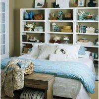 Una estantería en el cabecero de la cama.
