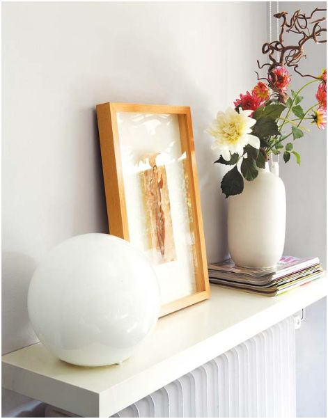 Una balda sobre el radiador.