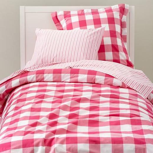 Decora la cama con cuadros vichy.