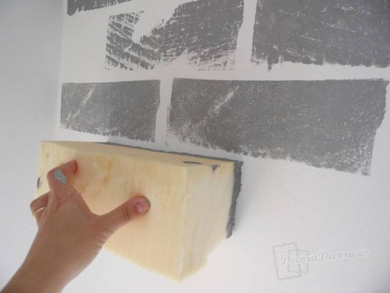 Decorar una pared pintando ladrillos