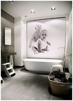 Fotos personales decoran el baño