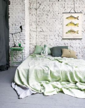 Dormitorio sin cabecero, por lo que no es Feng Shui