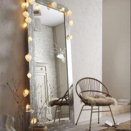 Hay que evitar colocar el espejo a los pies de la cama o detrás del cabecero