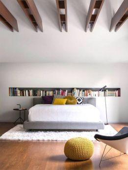 Para tener un dormitorio Feng Shui, no puedes dormir bajo vigas en el techo, ni tampoco es conveniente tener estanterías sobre el cabecero, y menos con tantos libros