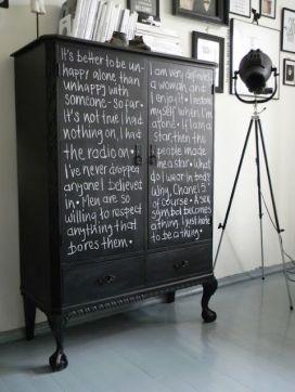 3. No toda la pintura de pizarra es para la pared. Un mueble también puede ser un excelente lienzo para ello.