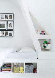 Las camas (son 2 camas situadas en L) se han hecho a medida para encajar en la caída del tejado y aprovechar al máximo el espacio con estanterías, dado que no queda mucho espacio en la casa para armarios.