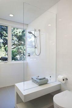 Asiento con doble uso: banco hacia la ducha, almacenaje hacia el lavabo.