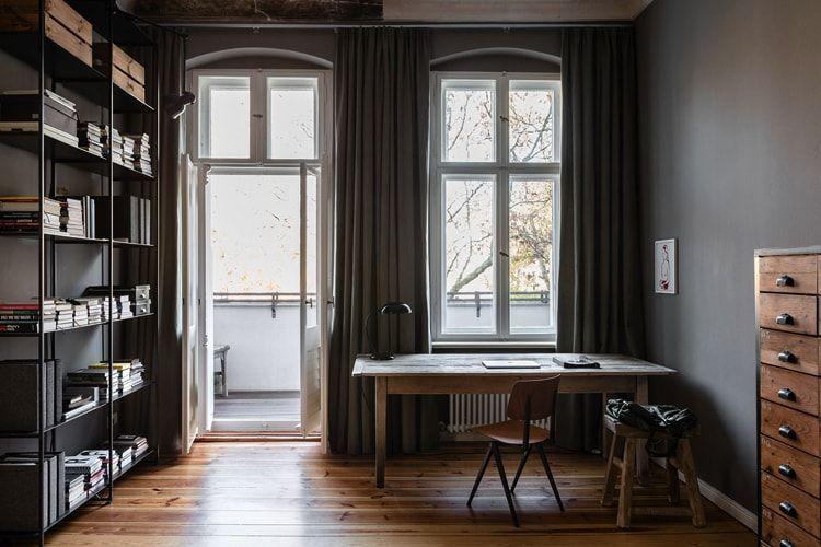 Biblioteca decorada en estilo masculino