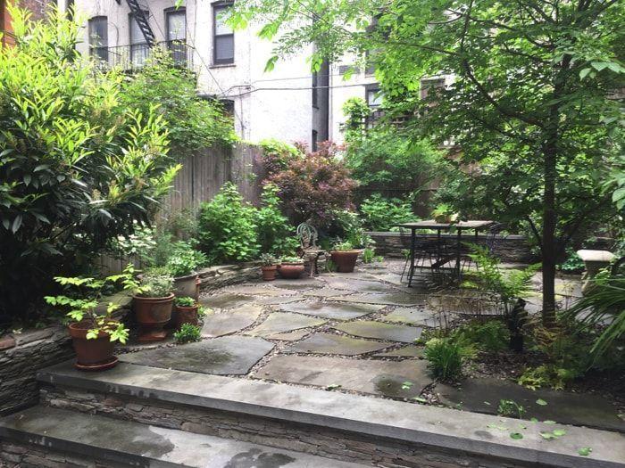jardin sin cesped con solado de piedra