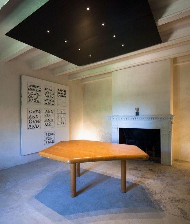 galeria arte en casa rural minimalista