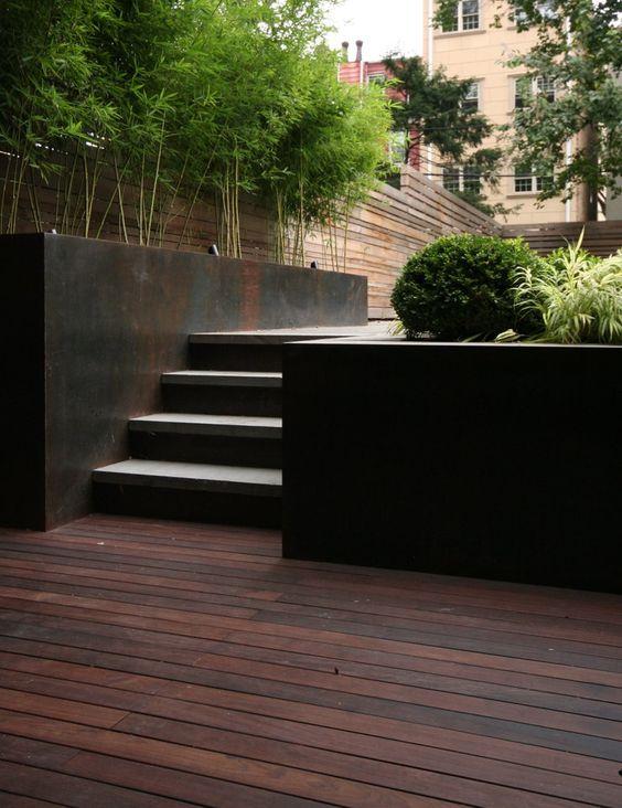 Jardin con maceteros de acero corten
