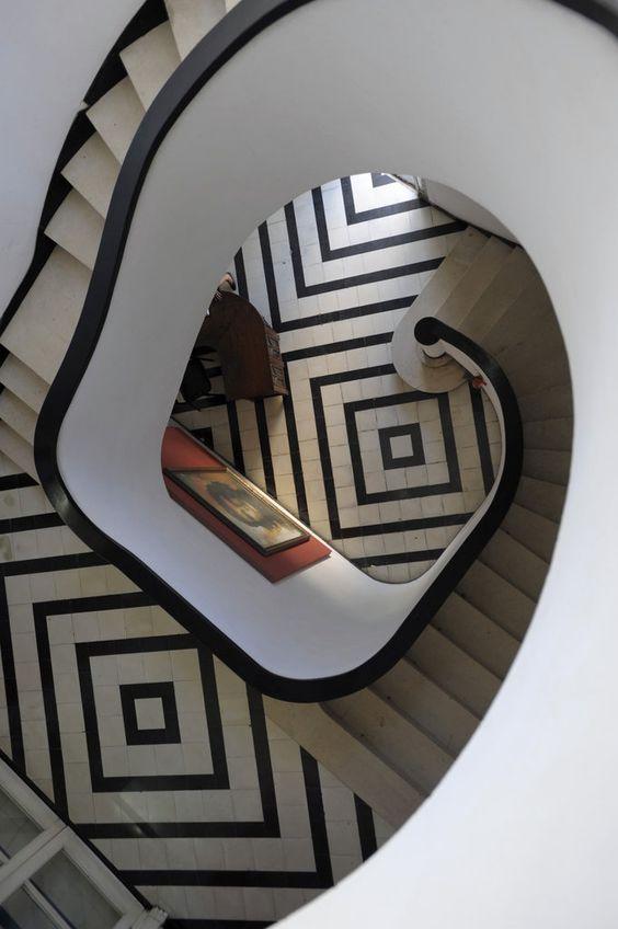 azulejos geometricos en escaleras