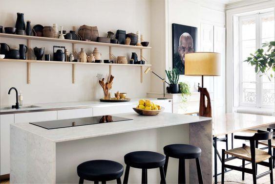 apartamento sofisticado - estanterias como muebles altos